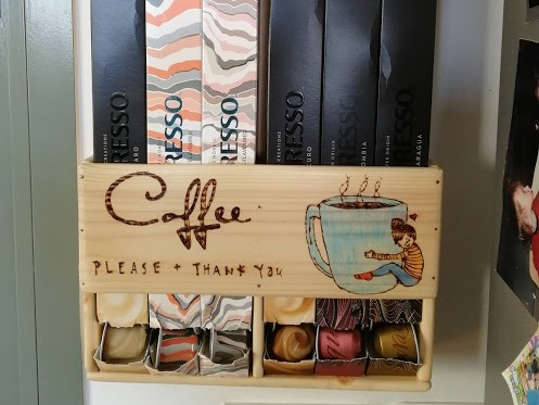 מתקן מעץ לקפסולות קפה – פרויקט משותף